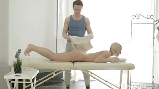 Sexy blonde Catania spreads her soreness legs in all directions ride a rub down therapist
